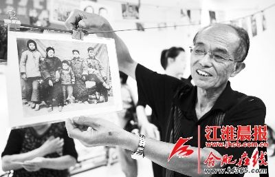 陈钦政带来的62年前的全家福。