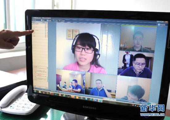 来自北京化工大学的田丽(左上)通过网络面试系统与中国科学技术大学的老师对话。