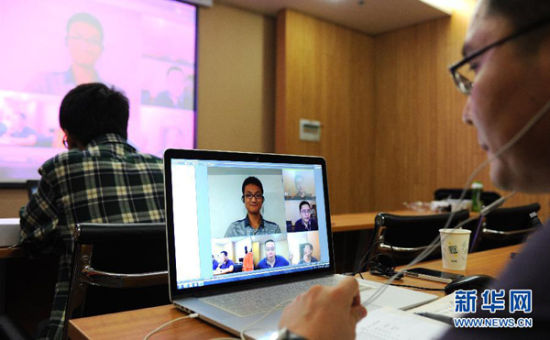 中国科学技术大学的老师通过网络与考生对话。
