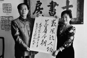 徐汝林和妻子展示他模仿的主席书法。 文/片 本报记者 王传胜