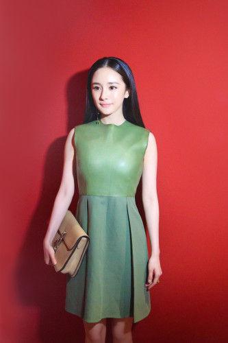 新浪娱乐讯 已有近半年未公开露面的杨幂正式复出,将首秀选在了米兰时装周,以一身简洁大方的绿色皮裙亮相,尽显细腰长腿的好身材。