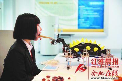 助残机器人演示如何为病人喂饭。