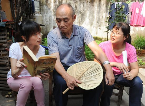 合肥义工在为老人读书