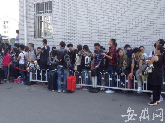 汽车站排队上车的旅客