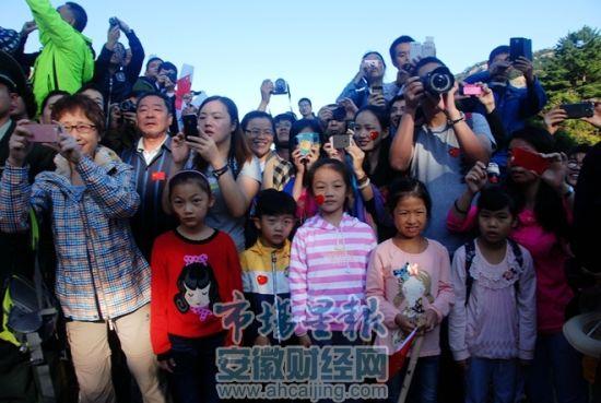 游客们齐聚黄山共同庆祝祖国生日