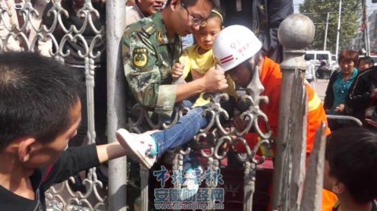 阜阳女童玩耍不慎腿卡护栏 群众齐帮忙助脱险