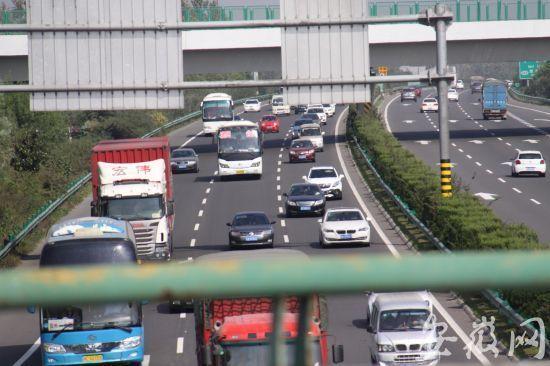 合淮阜高速出现车流高峰 时速仅60公里