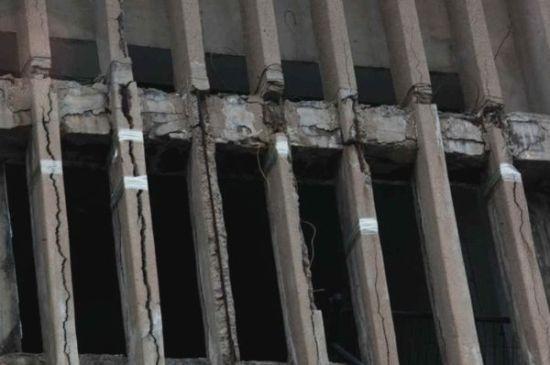 楼体多处开裂用透明胶带固定