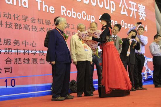 中科大美女机器人可佳为台上嘉宾献花