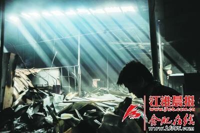 阳光透过厂房内的缝隙照射进被火烧过的厂房内。