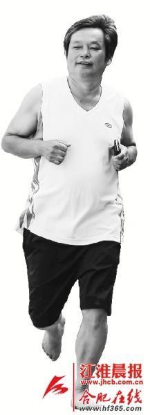 → 莲花社区,刘永元每天都赤脚跑步锻炼身体。