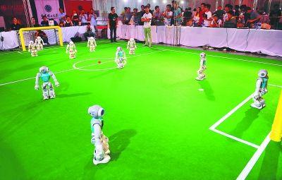 机器人在参加足球比赛