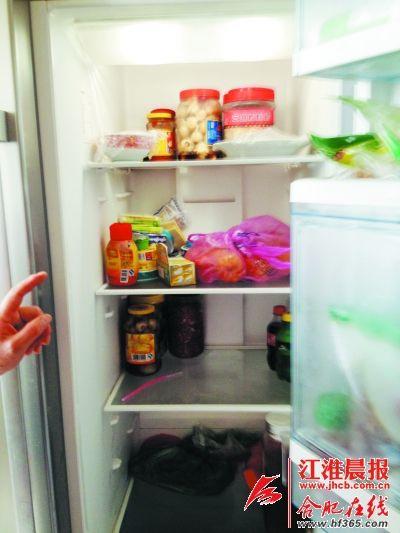 私人营养师调查冰箱里的食材,了解家庭的饮食习惯。