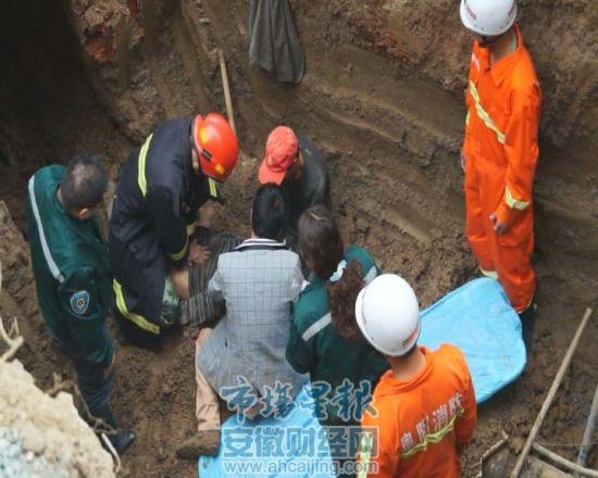 120急救人员和施救工友在对被困男子进行心肺复苏
