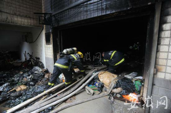 昨天下午三点,大火扑灭后,消防官兵正在清理现场。
