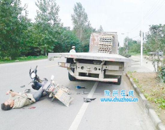 滁州一淡定男子遭遇车祸 躺地玩手机等救援
