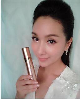杨恭如微博上晒手持天使之魅美颜水的自拍