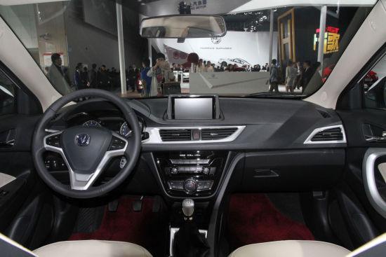 长安悦翔V7的内饰线条丰富层次分明,座椅和门板采用了双色配色,让车内看上去更加时尚和年轻。新车在中控台采用了有纹路的硬塑料,手感稍有不佳,但也符合同级别车型的普遍水平。此外,长安悦翔V7后排座椅可根据需要进行4/6折叠,后备厢空间充裕且比较规整。 长安悦翔V7配置