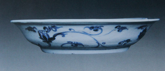 种永乐民窑青花瓷器上常见的纹饰:一是草书