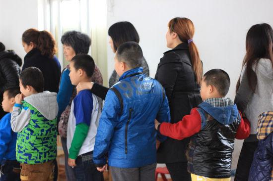 和志愿者与孩子们手拉手互动,也在活动中加深了对于自闭症儿童的了解.