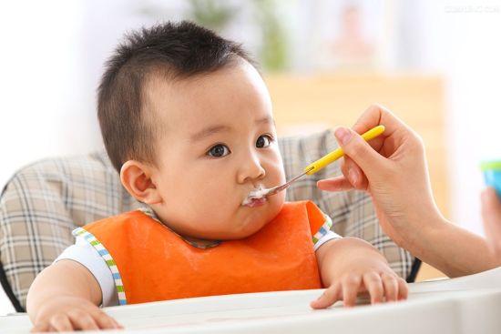 饥饿疗法靠谱吗?   前不久在微信疯传这样一个故事,一个美国儿媳苏珊让中国婆婆完全领教了中外育儿是有多么不同。一个任性不吃饭的孩子生生被亲妈饿着,还故意做孩子爱吃的饭菜就是不让他吃,让他为自己的任性付出代价。结果是:成功了!孩子自己养成了按时吃饭的习惯。   但是这个故事的真实性和可靠性,却引起了网友的广泛关注和讨论。孩子不吃饭,就让他饿一饿,这样的做法真的靠谱吗?   专家解答:这种文章,我们可以有判断力地来阅读。宝宝不爱吃饭其实原因有很多,苏珊的做法不值得模仿,家长应当做到具体问题具体分析。