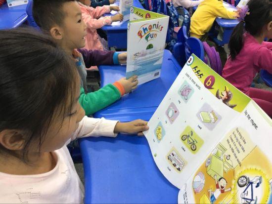 看绘本学拼读!芙蓉小学创新开设一年级英语课