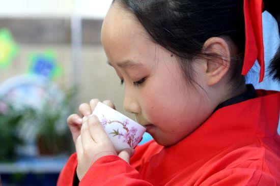 一名学生正在品尝中国茶