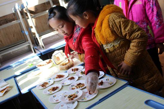 两名学生正在分发韩国泡菜