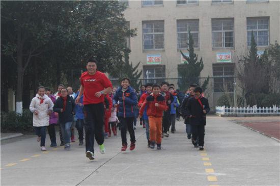 学生沿线跑操