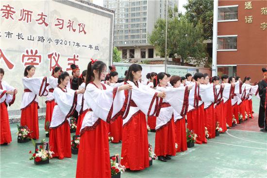 淮北市长山路小学入学仪式:亲师友 习礼仪图片