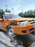红绿灯故障致3车相撞4人受伤