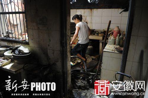 合肥两男子抬酒精桶摔倒引发火灾