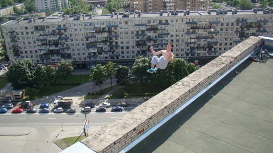 俄跑酷者16层高楼跌落出事瞬间