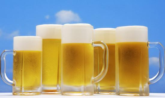 5岁男童因受父亲训练1顿饭可喝2瓶啤酒