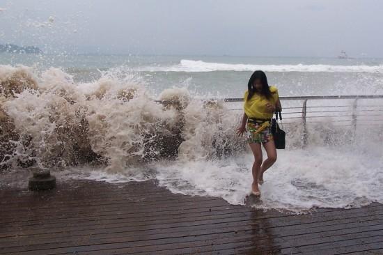 """台风""""天兔""""临近东南沿海掀起大浪"""