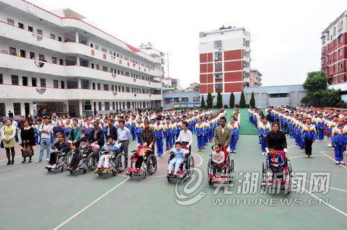 百余辆爱心轮椅送给残疾儿童