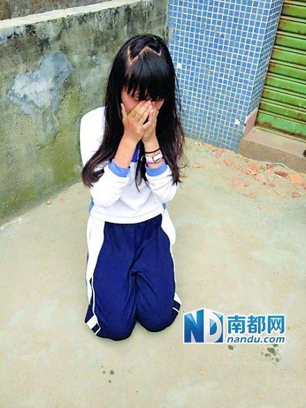 女生微博晒殴打同学让其下跪照片称很刺激