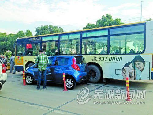 """未悬挂牌照私家车逆向行驶返回""""正道""""蹭上公交车"""