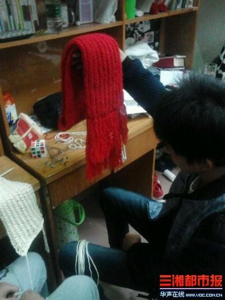 同室三名男生为女友织围巾引来同窗学艺