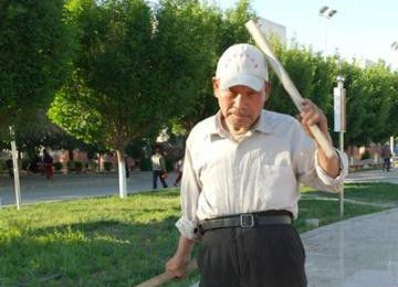 """73岁老汉练就""""铁头功"""""""